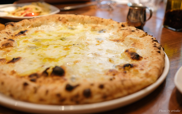 ランチはピザとパスタから選べますが、やはりピザは外せません。8種類ほどの中から1つセレクトできます。こちらは、モッツァレラ・ゴルゴンゾーラ・タレッジョ・グラナパダーノそれぞれのコクと風味豊かな味わいが楽しめる「クアトロフォルマッジ」。お好みでハチミツをかけていただきましょう。