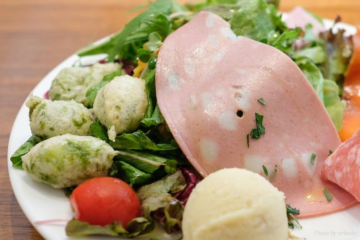 平日ランチのセットは「お野菜たっぷりサラダ」からスタート。生野菜はもちろん、ハムやマッシュポテトなどがたっぷり、これだけでも十分食べ応えがあります。