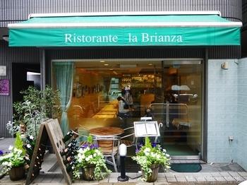 麻布十番の駅を出てすぐのところにある「La Brianza(ラ・ブリアンツァ)」は、オープン前から行列ができる人気店。南イタリアの伝統的な郷土料理を中心にした本格窯焼ピッツアやパスタがおいしいと評判です。