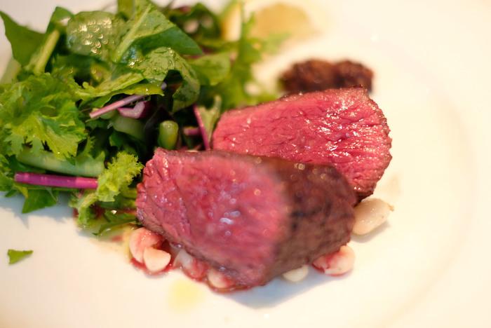 メインのお肉料理も繊細は盛り付けにセンスが光ります。こちらは北海道の池田牧場で育てられたイチボ肉に粒マスタードを添えたもの。絶妙な火加減はまさにプロの技。小さなリストランテでいただく極上のお料理と、スタッフの方の温かい接客にきっと満足できることでしょう。