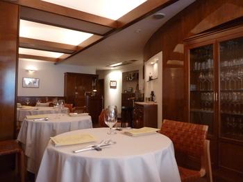 ブラウンと白を基調とした温もりのある店内。テーブルの間隔が広いため、ゆったりとお食事がいただけます。