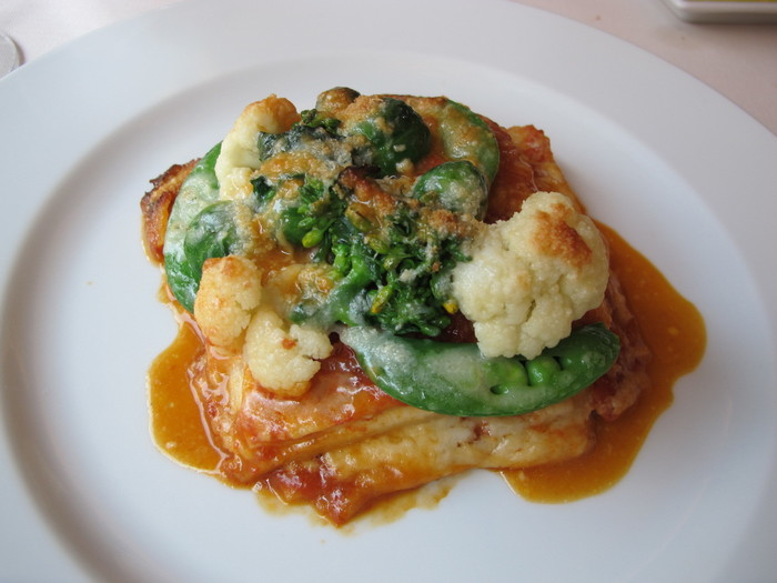 「野菜のラザニア」は、トマトソースにお野菜のグリーンが映える一皿。全国から取り寄せているお野菜は、安心・安全にもこだわっています。
