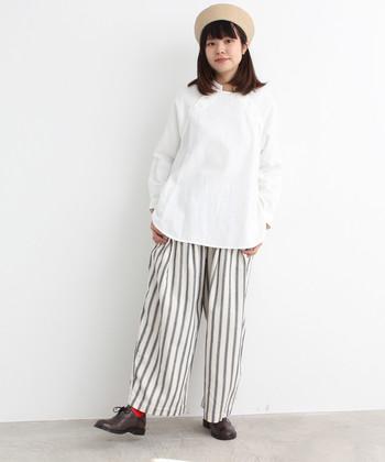 ホワイトをメインカラーにして、ストライプパンツを爽やかな印象に。パンツから見えるレッドのソックスがいいアクセントになっています。