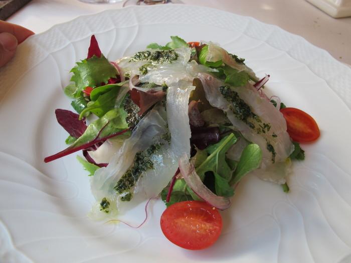 お料理を手がけるのは、先代の教えを受け継いだ2代目のオーナーシェフ。ランチはボリュームが異なる4種類からセレクトできます。こちらは前菜、パスタ、メインのセットで鮮魚のマリネとサラダ。白身のお魚と生野菜、バジルドレッシングは洗練された味わいで、次のお料理への期待が高まります。