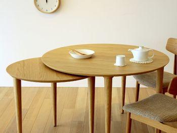 天板の下からもう一枚天板が出てくる、ラウンドテーブル。ご飯とカフェタイムででテーブルの雰囲気を変えられるのも良いですね。ナチュラルな天板は3種類からセレクトできるから、お家の雰囲気に合わせて選んでみて。