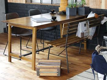 ただシンプルなだけではなく、スチールのパーツを合わせたインダストリアルインテリアにぴったりのダイニングテーブル。おしゃれなカフェのような、ベンチとの組み合わせも真似したくなりますね。