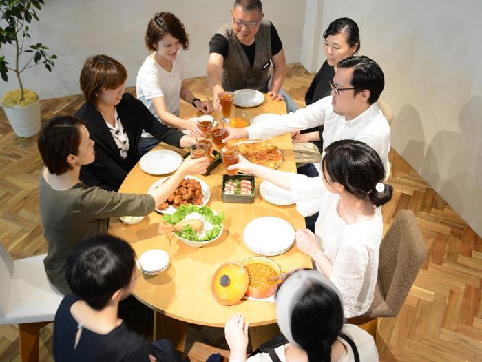 変形テーブルは、人が集まるダイニングにぴったり。片面はまっすぐだから、壁につけても使えるのが嬉しいポイント。模様替えも楽しくなりそう!