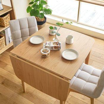 パタンと折りたたみが可能な、伸長式のダイニングテーブル。脚が広がるタイプもあるので、使用中の安心感があります。家族の時間でも、お客様が来た時間でも、居心地の良い空間を作ってくれますよ。