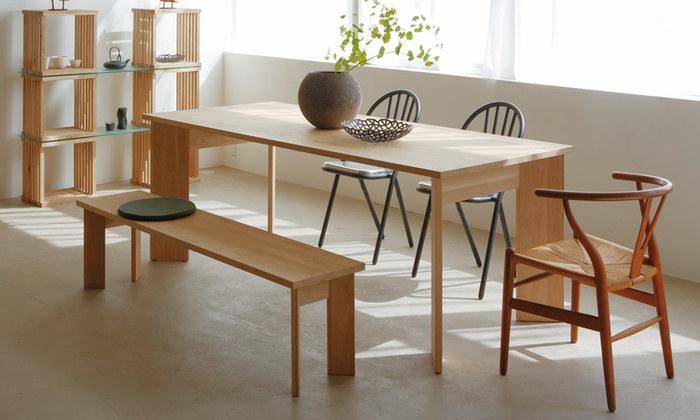 北海道生まれのミズナラを使ったテーブルは、年月を重ねるごとに味わい深く変わっていきます。様々な椅子を組み合わせて表情が変わる面白さも、大きなテーブルの魅力。