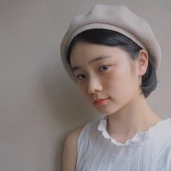耳に掛けた髪を少しだけベレー帽から覗かせて。毛束がちょっと見えるだけで、グッと優し気な表情にシフト!