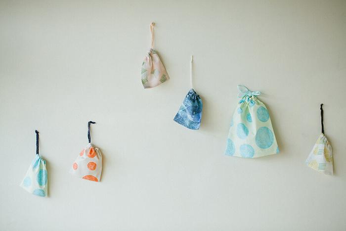 手作り巾着は自由にデザインできるうえに作り方も簡単で、しかも使い道色々なので、ぜひお気に入の布で巾着作りを楽しんでみてください。