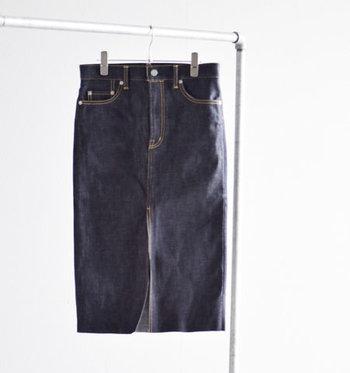 ミニマルなデニムスカートは、ワードローブに持っておくべき優秀アイテム。あらゆるトップスと相性がよく、ボトムに困ったときも大活躍してくれます。