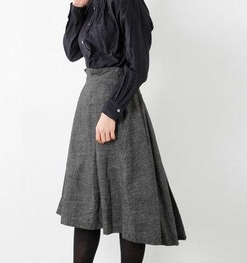 ブルーのデニムスカートの次に欲しいのが、シックなブラックのデニムスカート。普通のブラックのスカートにはない、デニム素材ならではのニュアンスが楽しめます。