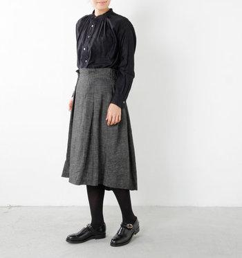 重たい印象になりがちなブラックのワントーンも、デニムのざらっとした生地感でメリハリが生まれます。ヴィンテージ調のブラウスやシューズを合わせ、とことんクラシカルな装いを満喫して。