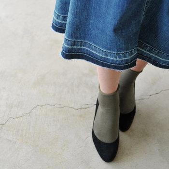 切りっぱなしの裾が旬感たっぷり♪膝下のミモレ丈で、秋のノスタルジックなコーディネートにもすんなりマッチしてくれます。