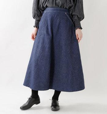 カジュアルに傾きがちなデニムスカート。裾にかけて広がるサーキュラーラインなら、女性らしく、ロマンティックな印象で着こなすことができます。