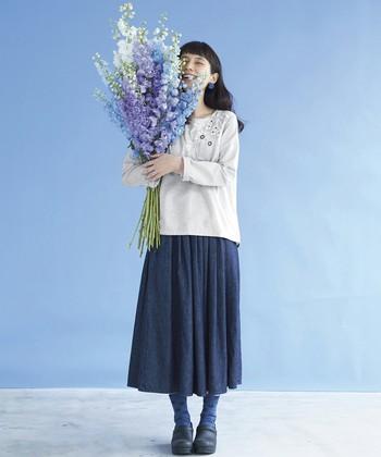 おすすめは、デニムのリラックス感はそのままに、きちんと女性らしく穿けるフェミニンなデザイン。今回は、この秋チェックしておきたい、素敵なデニムスカートをご紹介します♪