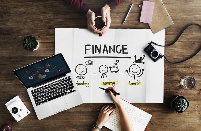 資産設計のアドバイスとサポートを行うファイナンシャルプランナー(FP)は、各種金融商品や不動産、税制のしくみ、社会保障制度全般に至るまで、幅広い知識とネットワークを備えています。活躍の場はさまざまですが、銀行、証券会社、生命保険会社などの企業に勤めて知識をいかす企業系FPと、個人で開業して依頼者からの相談に応じる独立系FPに大きく分けることができます。