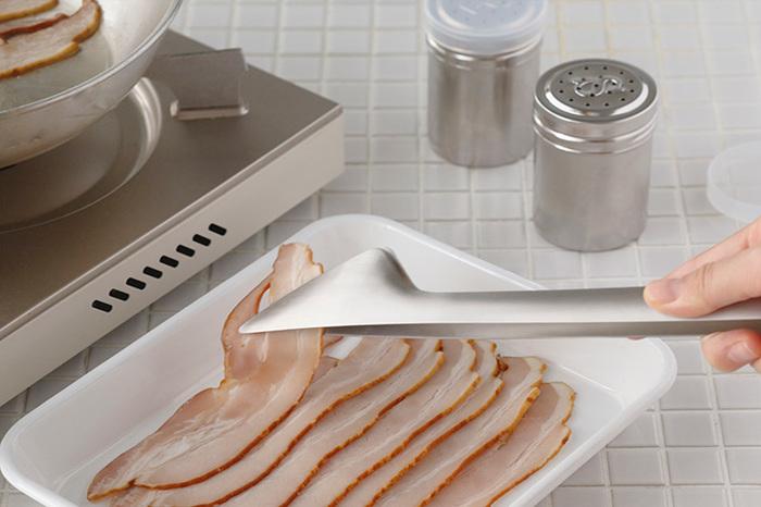 トングの上下を入れ替えて逆向きに持つと、細い先端部分がコントロールしやすくなり、まるで菜箸のような感覚で使うことができ、薄切りのお肉や、ハムやベーコンといった食材を掴むのも楽ちん! ヘラのようなかたちは、食材やソースを混ぜ合わせる時にも大活躍!お皿にぴたっと沿うので、濃厚なパスタソースやドレッシングも逃すことなくキャッチしてくれます。その時の用途に合わせて、持ち変えるだけで菜箸のようにもヘラのようにも使える「とりわけトング」。取り分けとしての役目だけでなく、調理道具としての役割も十二分に発揮してくれる頼れる存在です。