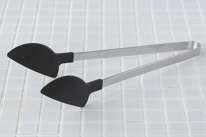 こちらのトングは、先端が樹脂製なのがポイント!例えば、じっくり炒めた玉ねぎなどのくっつきやすい食材も、樹脂の内側の凹凸(エンボス加工)により、くっつきにくくなっています。