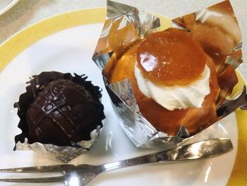 「喜久家」で特に評判のお菓子が、こちらの画像の左側にある「ラムボール」。ラム酒を効かせた大人のお菓子で、お土産にも人気です。もちろんその他にも、懐かしさもあるおしゃれなケーキや焼き菓子を、飲食スペースでいただけます。
