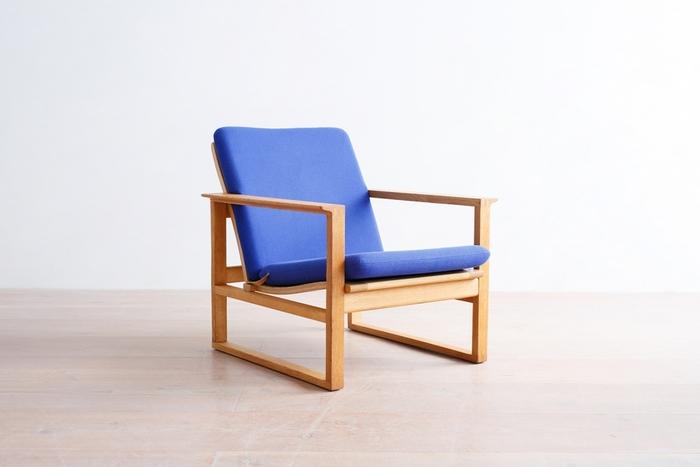 前後の脚がつながった「床ずり」と呼ばれるスタイルは、重みを分散して畳のお部屋でも使いやすいデザインです。
