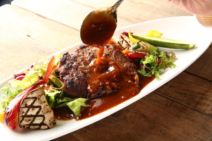 ランチは、サラダ・スープ・デザート付き。メニューはカルボナーラの他に、自家製手ごねハンバーグ・究極のローストビーフ丼・とろ~りオムチーズリゾットなどがあります。