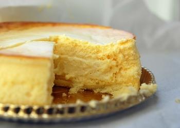 外はスフレ生地でふんわり、中はカマンベールなどのチーズを配合したチーズカスタードの2層仕立てになった、とろ~り濃厚でミルキーな味わいが魅力です。