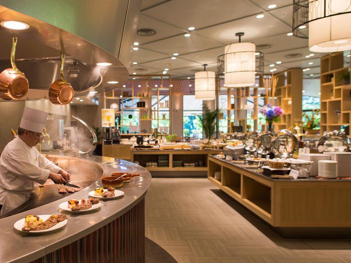 「ホテル日航成田」で見逃せないのが、豊富なメニューが揃っている「朝食バイキング」です。オープンキッチンでは、オムレツ、パンケーキ、フレンチトーストを目の前でシェフが調理♪  世界の中でも特にバリエーションの豊富さを誇る日本の朝食。たっぷり堪能して旅の合間を楽しみたいですね。
