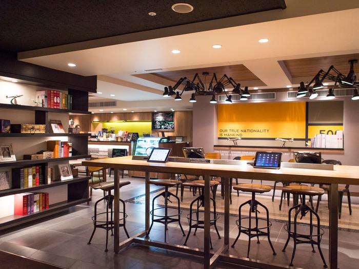 本館1階にはコーヒーラウンジや24時間営業のコンビニがあるほか、ギフトショップやインターネットコーナーも。