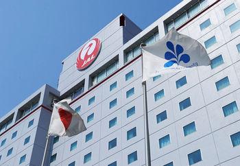 成田空港からバスで10分の距離にある「ホテル日航成田」。空港⇔ホテル間を移動する無料の送迎バスが、夜は空港発12時25分まで、朝はホテル発4時40分から運行。遅い到着にも早朝の出発にも便利です。