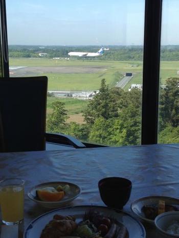 こちらはレストランからの風景。離着陸を眺めらながら食事を楽しむなんて、めったにない機会ですよね。