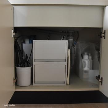 洗面台下の収納には、洗剤や掃除道具、体重計やヘアアイロンなど、しまいたいものがたくさんありますよね。ところがこの収納、排水パイプがじゃまをするうえに、棚も何もないから使いにくい場所でもあります。「ポリプロピレンスタンドファイルボックス」や「ポリプロピレンケース引出式」を使えば、こまごましたものまでスッキリと収納できます。