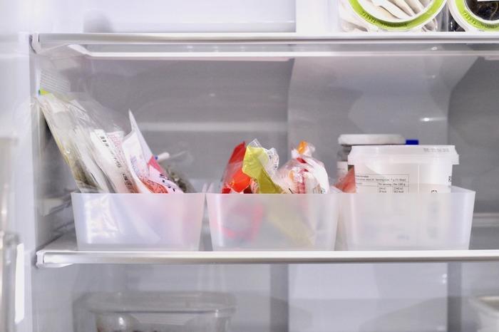 奥行きがあり、仕切りも少ない冷蔵庫の中。どんなに収納上手でも、そのままでは使いにくい場所です。ポイントは「ポリプロピレン整理ボックス」や「ポリプロピレンメイクボックス」で細かく仕切ること。朝食セット、調味料セットなど、いっしょに使うものをセットにすると使い勝手がよくなりますよ。