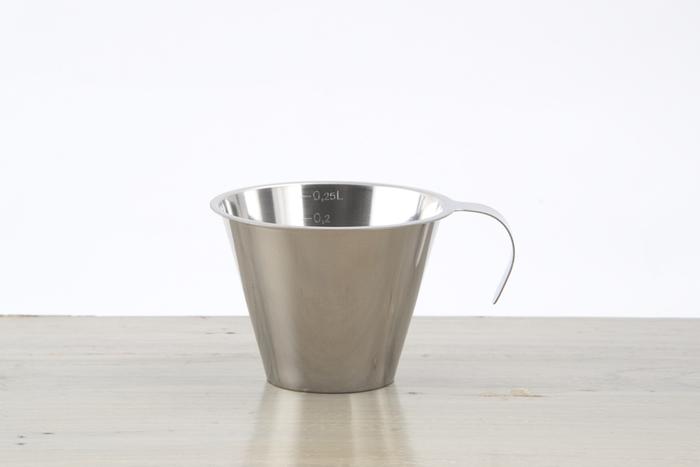 ステンレスの美しさが際立つ計量カップ。普通、カップ一杯は200mlですが、こちらのカップは250ml量ることができます。表面ギリギリまで入れなくていいから、こぼす心配がないのがうれしい。