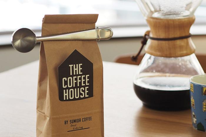 このクリップ付きのスプーンなら、使わないときはコーヒーの袋に付けて留めておくことができます。必ず使うセットのものだから、これはとってもナイスなアイデアですね♪