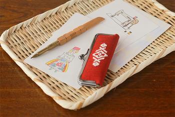 布地の補強や保温を目的とした刺繍の「刺し子」のうち、青森県でよく見られる「こぎん刺し」。そんな昔ながらの素朴であたたかみのあるデザインが魅力的な、こぎん刺しの印鑑ケースです。