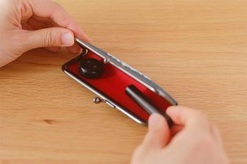 W約115mm×D約40mm×H約15mmと少し長めのがま口タイプで、中に朱肉も入っているので、携帯用にも最適です。