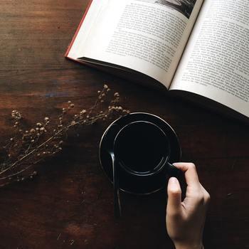 本がなんとなく苦手でも、せっかくの秋の夜長に読書を楽しむのも悪くないと思いませんか?さらには、お気に入りの本を見つけ、本を読むことが日常になれば 嬉しいことですね。そこで、本が苦手な人に試して欲しいのが「きまま読み」です。