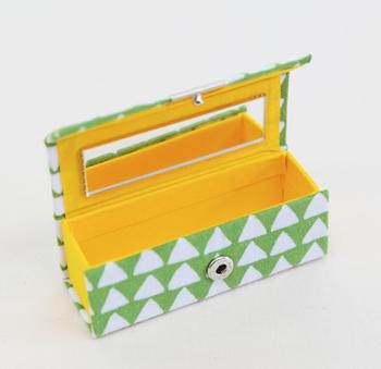 手拭いを使用して作られたミラー付きのリップケースは、口紅だけでなく印鑑ケースにも◎。