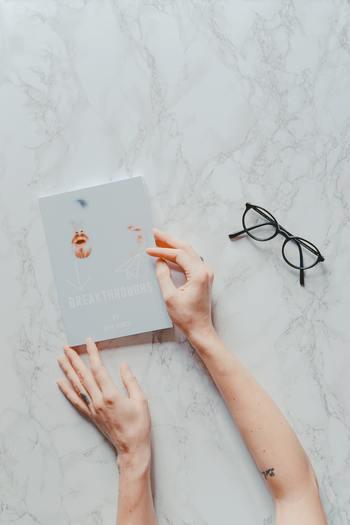 一度読み始めた本を途中でやめることに罪悪感や気持ちの悪さを覚えるという方もいると思います。でも、忙しい毎日の中から作り出す読書の時間です。自分が楽しめなければ意味がありませんよね。読む側は思い切り「きまま」で良いのです。