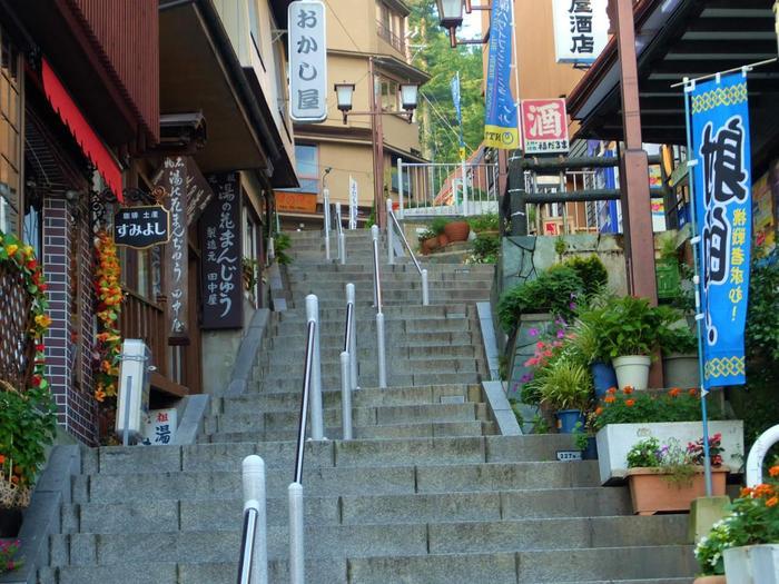 万葉集にも残されているという歴史ある伊香保温泉。榛名山の中腹、標高700mの急傾斜地に位置する温泉街で、距離300m以上におよぶ石段街が有名です。