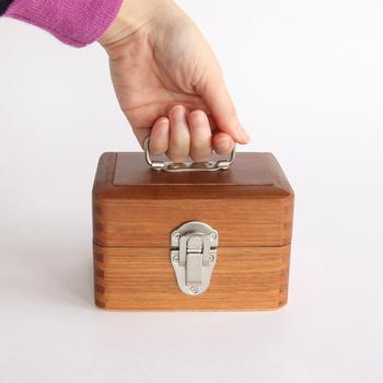 こちら、木目の個性をそのままにいかした製品づくりをしている倉敷意匠の手提げ小箱。木目が美しく、加工しやすいナトー材が使用されており、木の香りと温もりが魅力的。