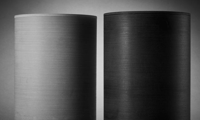 細かなラインが入った表面は、ストーンパウダーを混ぜ込んだオリジナル樹脂で作られており、インテリアとしても上品で絵見栄えがよく、和洋どちらのお部屋や玄関にも合いそう。