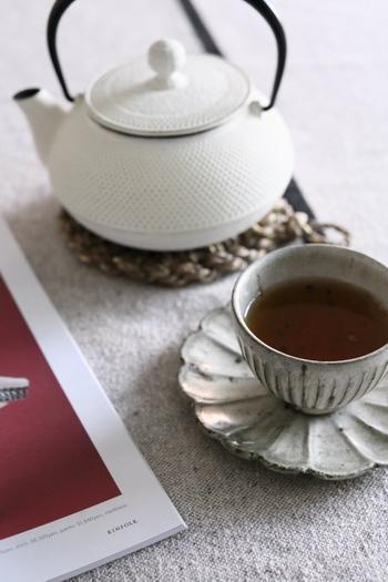 食後に、家事の合間に、仕事をしながら、お茶を飲むシーンは暮らしの中で何度も訪れます。そんな時、タイミングに合ったお茶を選べば、おいしいだけでなく身体にも嬉しい効果が。今回は、朝・昼・晩に分けて、提案したいお茶スケジュールをご紹介します。