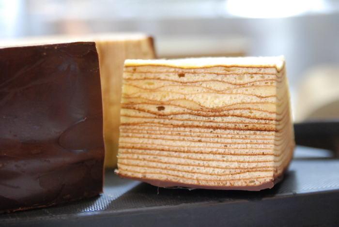 沼田駅からすぐの距離にある洋菓子工房「樫の木」。全国でも有名な手焼きのバウムクーヘン専門店です。夏場はチョコレートが溶け出し白い結晶となるブルーム現象が起きるため、秋~春の間のみチョコレートコーティングの品がいただけます♪