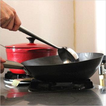 チャーハンは強火で炒めるのが基本。中華鍋をよく熱し、油をひき具材を炒め、ごはんは切るように混ぜるとベチャッとなりにくく、パラパラに仕上がります。初心者の方は、テフロン加工のフランパンを使うと焦げ付きませんよ。