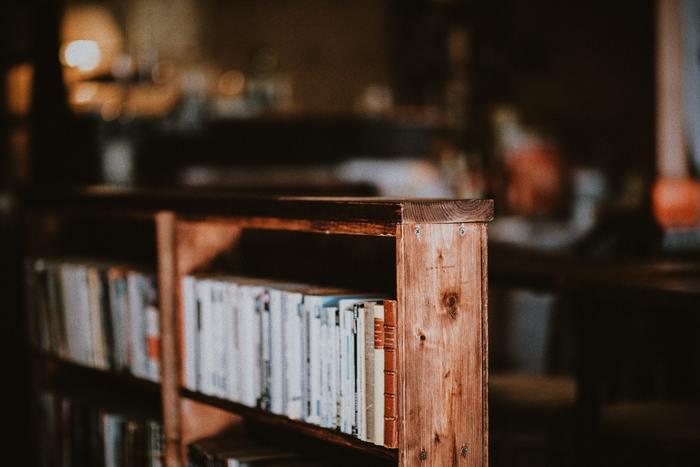 子どものころは教科書、大人になってからは新聞など、文字を目で追うことに慣れているはずの私たちですが、特別読みたいと思わない、読む時間がないなどの理由で「読書」からは少し遠ざかっているという方も多いことと思います。