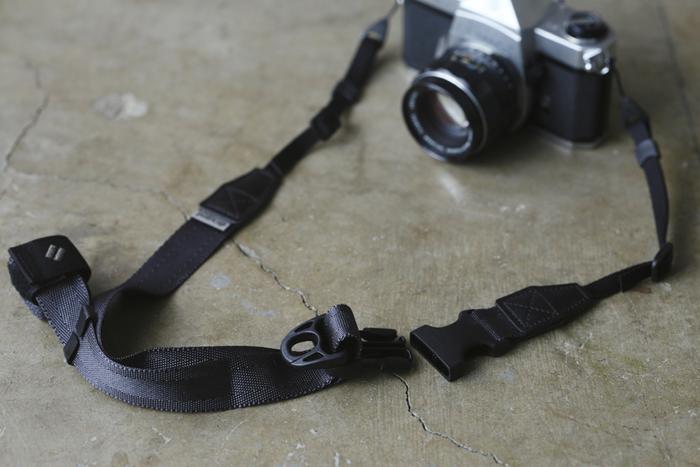 プロのカメラマンやカメラ愛好家、サイクリストなどにもファンが多いことで知られる「diagnl(ダイアグナル)」のカメラストラップ。 カメラを支点にして、バックルを下に引き下げるとストラップが緩み、反対にカメラを押さえてストラップを上に引き上げると、キュッと締められ、ワンアクションでストラップの調節が可能。