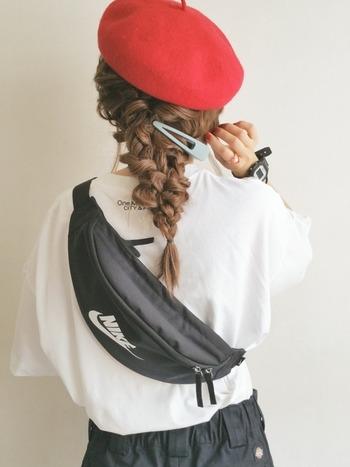 貴重品を持ち歩くのにちょうどいいヒップバッグは、斜めがけにして体にピッタリフィット。 両手があいてバッグがブラブラしないから、応援にも集中できますよ!